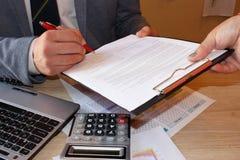 Zakończenie up męski ręki kładzenia podpis w kontrakcie, biznesmena podpisywania dokument Pomyślny negocjaci pojęcie, ono zgadza  Obrazy Stock