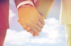 Zakończenie up męskie homoseksualista ręki z obrączkami ślubnymi dalej Fotografia Royalty Free
