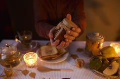 Zakończenie up męskie ręki trzyma słój brown domowej roboty dżem Obrazy Royalty Free