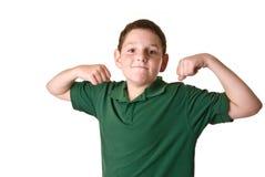Młoda chłopiec w zielony polo koszula napinać Fotografia Royalty Free