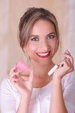 Zakończenie up młoda piękna uśmiechnięta kobieta trzyma miesiączka bawełnianego tampon w jeden ręce z jej inną ręką a i obrazy royalty free