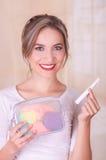 Zakończenie up młoda piękna uśmiechnięta kobieta trzyma miesiączka bawełnianego tampon w jej ręce i kolorowej kiesy austerii zdjęcie stock