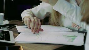 Zakończenie up młode biznesowych kobiet ręki z papierami zbiory