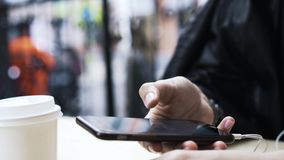 Zakończenie up młodej kobiety s ręka z nowożytnym smartphone outside zbiory wideo
