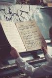 Zakończenie up młodych dziewczyn ręki, trzymający notatkę Fotografia Stock