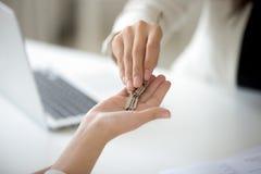 Zakończenie up makler daje kluczom żeński właściciel domu Zdjęcia Stock