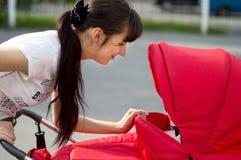 Zakończenie up - matka raduje się nowonarodzonego dzieciaka Fotografia Royalty Free