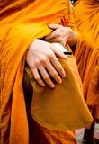 Zakończenie up mnicha buddyjskiego chwyta puchar, Tajlandia Obraz Royalty Free