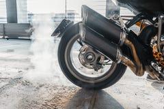Zakończenie up motocyklu koła burnout przy parking fotografia stock