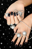 Zakończenie up na żeńskiej ręce z czarnym manicure'em. Obrazy Stock
