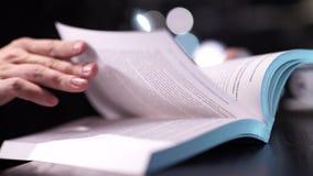Zakończenie up na fenale palcu wskazuje na tekscie w książce zbiory wideo