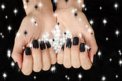 Zakończenie up na pięknej żeńskiej ręce z czarnym manicure'em. Obrazy Stock