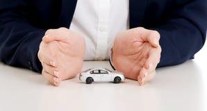 Zakończenie up na samochód zabawki modelu między rękami. Fotografia Royalty Free
