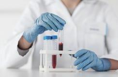 Zakończenie up naukowiec z tubką robi testowi w lab Obrazy Royalty Free