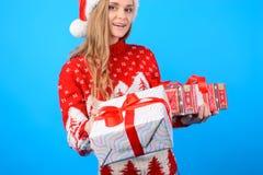 Zakończenie up obrazek uśmiechnięta ładna kobieta w trykotowym ciepłym pulowerze zdjęcia royalty free