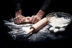 Zakończenie up obsługuje ręki ugniata ciasto obrazy stock
