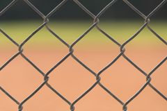 Zakończenie up ogrodzenie przy baseballa polem z polem zewnętrzn i polem bramkowym zamazywał w tle obrazy stock