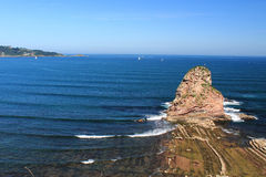 Zakończenie up ogromna falezy skała jeden deux jumeaux w atlantyckim oceanie z fala w niebieskim niebie Zdjęcie Stock