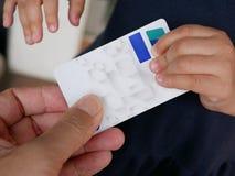 Zakończenie up ojca ` s ręki mienie na ATM, kredytowej karcie no chce pozwalać jego dziecka ` s rękę brać je daleko od/, zdjęcia stock