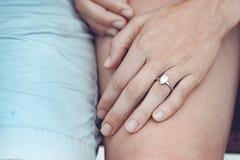 Zakończenie up par ręki z srebro pierścionkiem na palcu fotografia royalty free