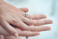Zakończenie up par ręki z srebro pierścionkiem na palcu zdjęcie royalty free