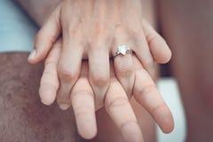 Zakończenie up par ręki z srebro pierścionkiem na palcu obrazy stock