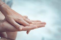 Zakończenie up par ręki z srebro pierścionkiem na palcu zdjęcie stock