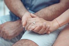 Zakończenie up par ręki z srebro pierścionkiem na palcu obrazy royalty free