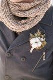 Zakończenie up piękny boutonniere z bawełnianym kwiatem na żakiecie Obrazy Stock