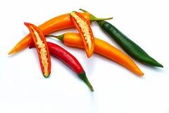 Zakończenie up pokrajać czerwień zieloną i pomarańczowego chili pieprzu biel odizolowywającego zdjęcie royalty free