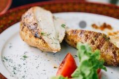 Zakończenie up pokrajać kurczak piersi grilla na talerzu Fotografia Royalty Free