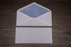 Zakończenie up puste miejsce koperty na ciemnego brązu drewnianym biurku Zdjęcie Stock