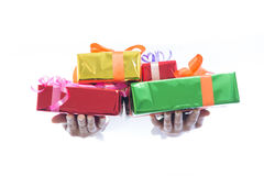 Zakończenie up ręka chwyta zieleni prezenta pudełko odizolowywający na białym tle Obrazy Royalty Free