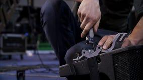 Zakończenie up ręki śrubuje wpólnie mebli kawałki Mężczyzna śrubuje śrubę z śrubokrętem zdjęcie royalty free