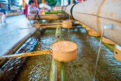 Zakończenie up ręki obmycia pawilon w Fushimi Inari świątyni w Kyoto fotografia royalty free