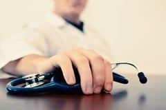 Zakończenie up ręki samiec lekarki mienia stetoskop Obrazy Royalty Free