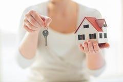 Zakończenie up ręki trzyma domów klucze i modela Zdjęcia Royalty Free