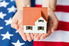 Zakończenie up ręki trzyma domową nadmierną flaga amerykańską zdjęcia stock