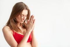 Zakończenie up ręki w modleniu i joga pozie plenerowej przy morzem Zdjęcie Stock