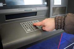 Zakończenie up ręki wchodzić do szpilka przy ATM Żeńskie ręki, ATM - ente Obraz Royalty Free
