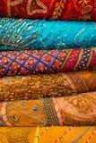 Zakończenie up rozsypisko sukienne tkaniny przy miejscowego rynkiem w India, pionowo widok zdjęcie stock