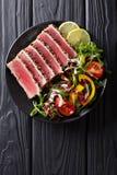 Zakończenie up rzadcy osmaleni Ahi tuńczyka plasterki z świeżego warzywa sal Zdjęcie Royalty Free