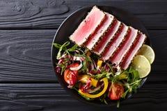 Zakończenie up rzadcy osmaleni Ahi tuńczyka plasterki z świeżego warzywa sal Obrazy Stock