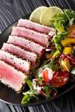Zakończenie up rzadcy osmaleni Ahi tuńczyka plasterki z świeżego warzywa sal Zdjęcia Stock