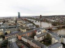 Zakończenie up rzeka w Frankfurt magistrala wokoło i budynki - Am - zdjęcia stock