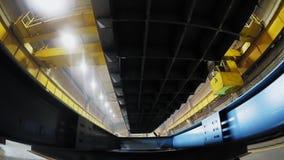 Zakończenie up salowy fabryczny zasięrzutny żuraw na żółtym promieniu z ciężkim ładunkiem zdjęcie wideo