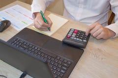 Zakończenie up samiec ręki na jej kalkulatora ` s klawiaturze Drugi ręka wewnątrz na touchpad Pojęcie księgowego ` s praca Zdjęcie Stock