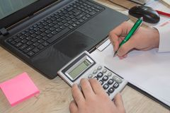 Zakończenie up samiec ręki na jej kalkulatora ` s klawiaturze Drugi ręka wewnątrz na touchpad Pojęcie księgowego ` s praca Obrazy Stock