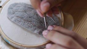 Zakończenie up strzelał - fachowego biżuteria projektanta robi handmade broszce z koralikami w studiu, warsztat Moda, twórczość zbiory