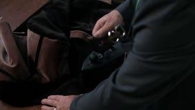 Zakończenie up strzelał krawczyna ręki, odprasowywający tkaninę zbiory wideo